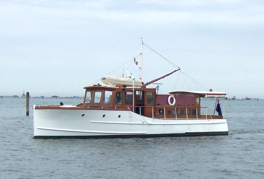 Papoose classic motor yacht